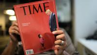 Un journaliste lit un exemplaire du magazine Time le 22 juin 2018 à Washington