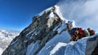 Photo prise le 22 mai 2019 et fournie par le Project Possible de l'alpiniste Nirmal Purja montrant la file d'attente au sommet de l'Everest